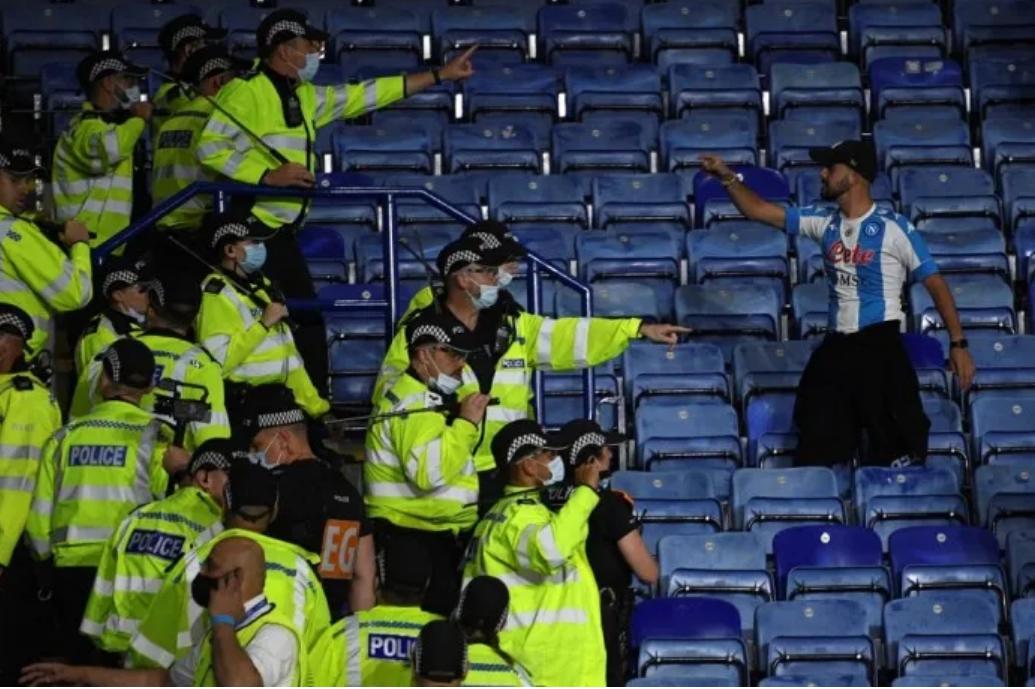 Cảnh sát ngăn cản CĐV quá khích