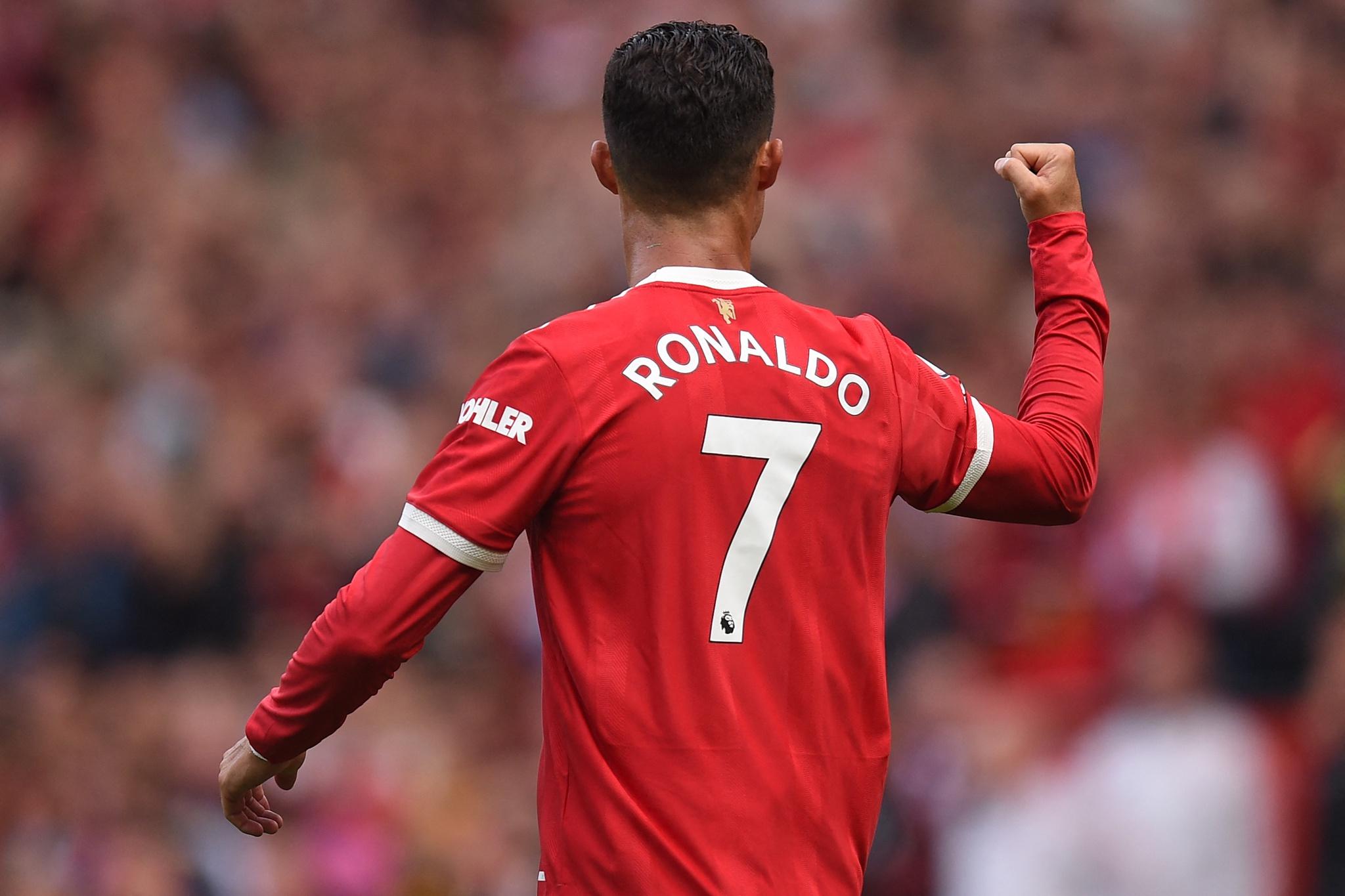 Bà Maria Dolores-Mẹ Ronaldo bật khóc trên khán đài khi con trai ghi bàn
