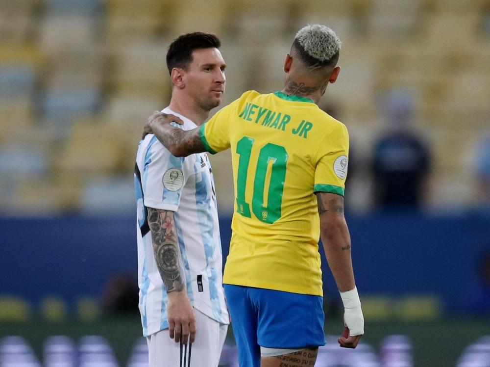 Neymar Jr và chiếc quần rách khi gặp Argentina