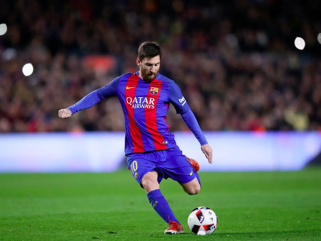 Messi sút bóng